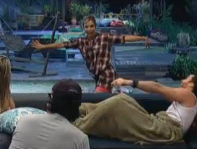 Anna faz dança de programas de televisão para divertir peões (11/8/2011)