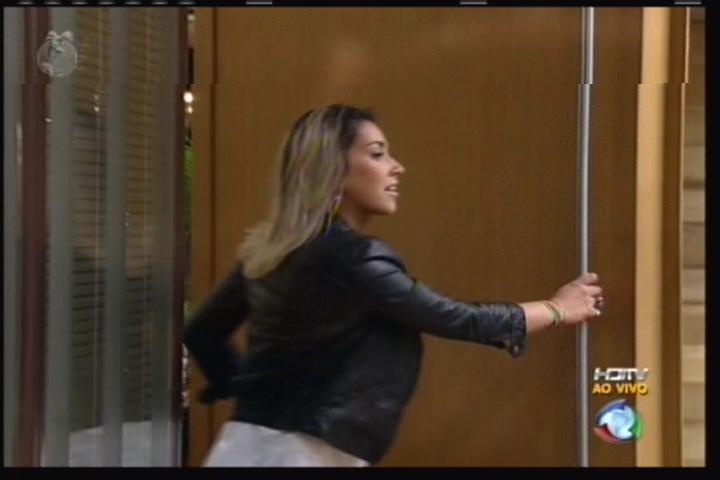 Dani Bolina abra a porta da casa (11/08/11)