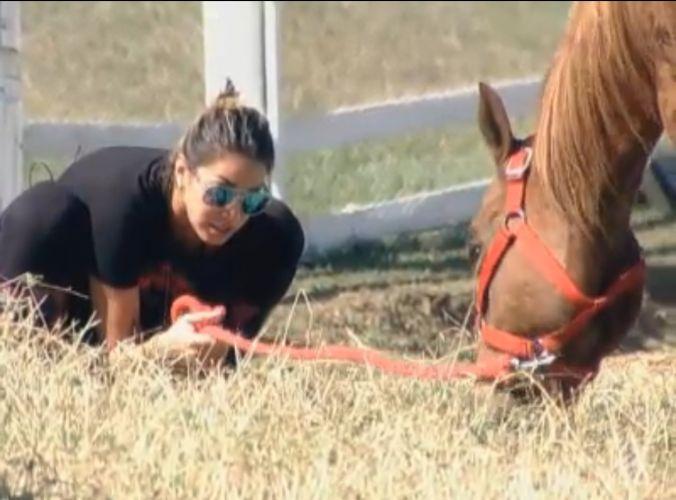 Dani Bolina conversa com a égua Xereta que não quer subir para a baia (12/8/11)