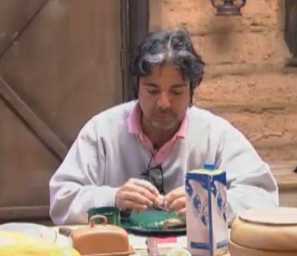 João Kléber toma café da manhã sozinho na Casa da Roça (17/8/11)