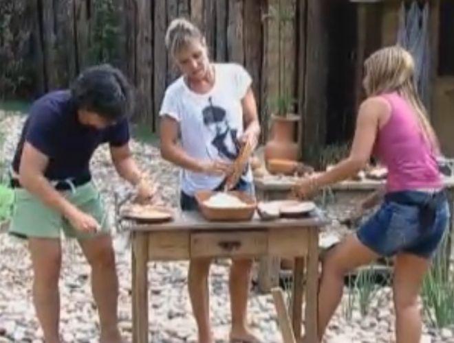 Anna, João Kléber e Raquel ralam coco para fazer cocada (18/8/11)