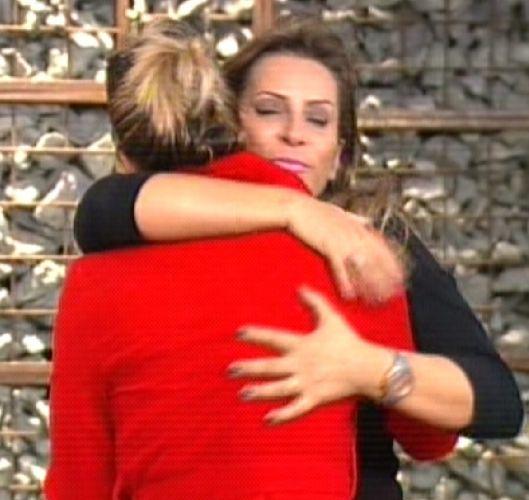 Dani Bolina abraca a mãe, já fora do reality (25/8/2011)