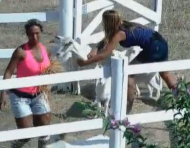 Valesca briga com Raquel Pacheco, que deixa cabras escaparem em dia de ressaca
