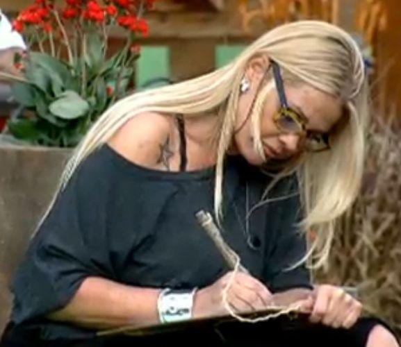 Monique escreve sua lista de afinidades no programa