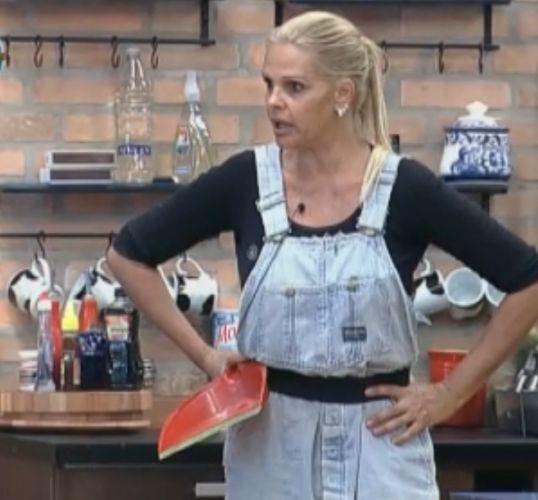 Monique Evans discute com Joana Machado e diz que a personal trainer é louca por uma barraco