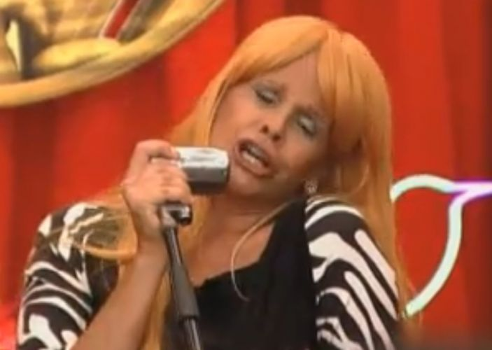 Monique canta