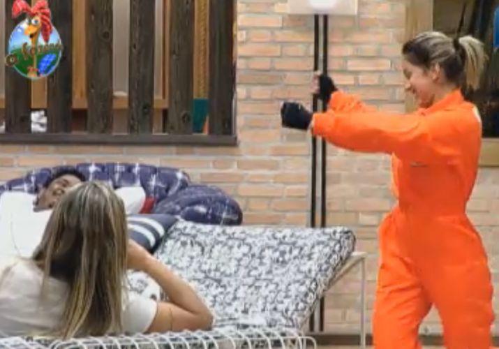 Dani Bolina dança música do 'É o Tchan' antes de disputar prova (21/8/11)