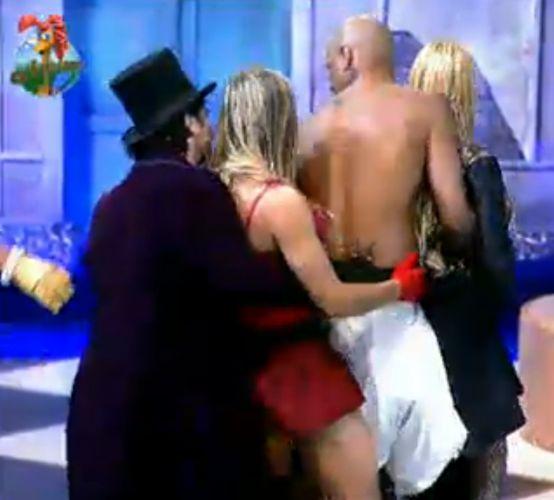 João Kléber, Joana, Dinei e Monique brincam de trenzinho na festa (29/7/11)