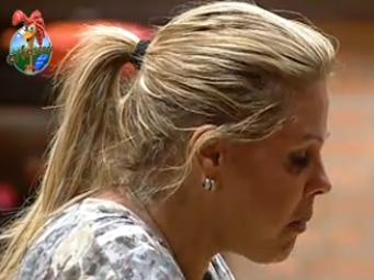 Monique Evans também criticou Janaina, logo na primeira semana. A jornalista deixou o microfone desligado e provocou a primeira, de muitas, punições para casa. A apresentadora ficou irritada e avisou que o microfone tinha sempre que estar ligado, afinal é a principal regra (4/10/10)