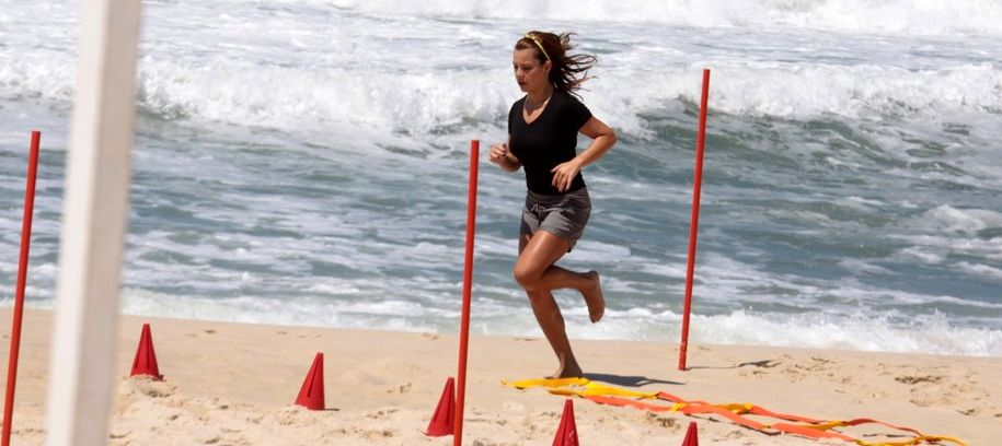 Fernanda Souza mostra rotina de exercícios na areia da praia da Reserva para o programa