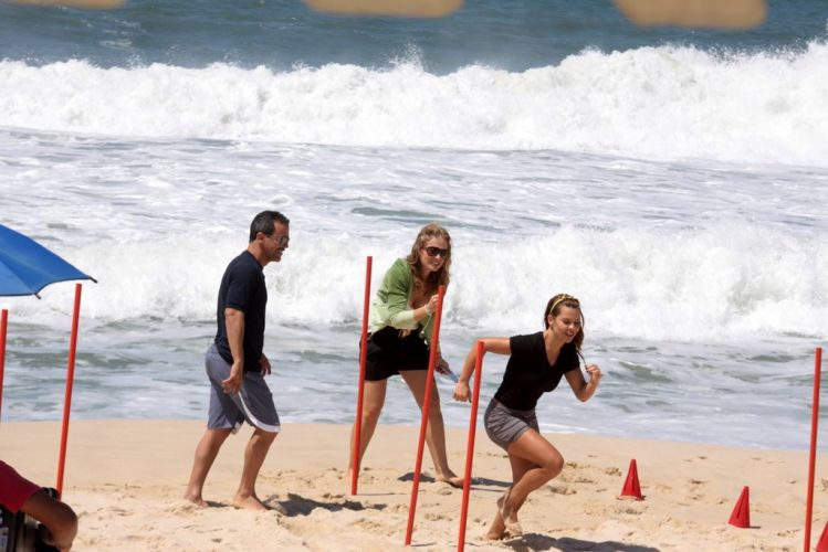 Angélica acompanha os exercícios de Fernanda Souza na praia da Reserva, zona oeste do Rio (3/11/2010)