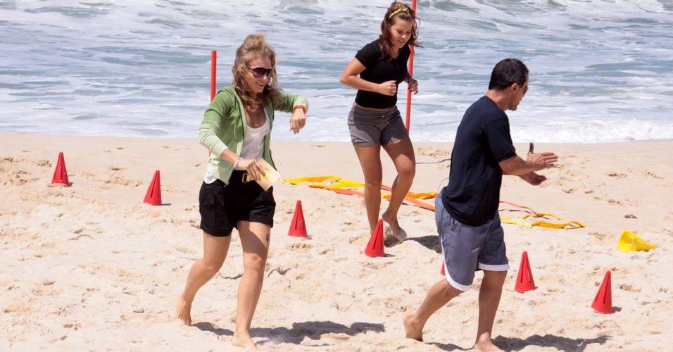 Ao lado de Angélica e do personal trainer, Fernanda Souza executa rotina de exercícios na areia para o programa