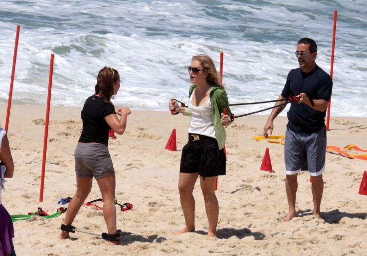 Angélica conversa com Fernanda Souza durante as gravações na praia da Reserva, zona oeste do Rio (3/11/2010)