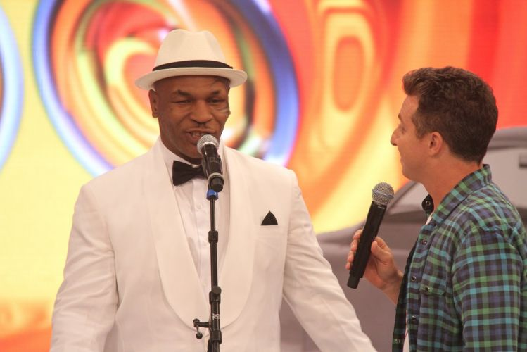 Mike Tyson canta no palco do