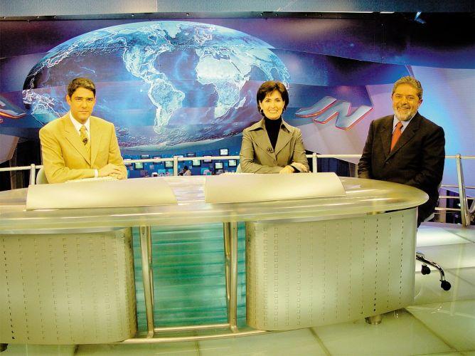 Eleições Presidenciais de 2002, o candidato petista Luiz Inácio Lula da Silva (dir.) é entrevistado no Jornal Nacional pelos jornalistas William Bonner e Fátima Bernardes (3/10/2002)