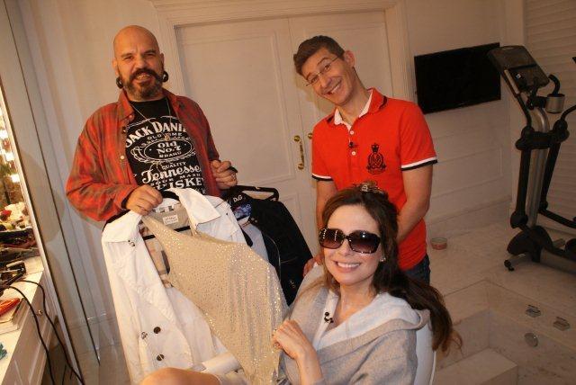 O produtor Careca e o maquiador Sérgio Di Vicentin ajudam a apresentadora Luciana Gimenez na escolha do figurino. A cena será exibida em