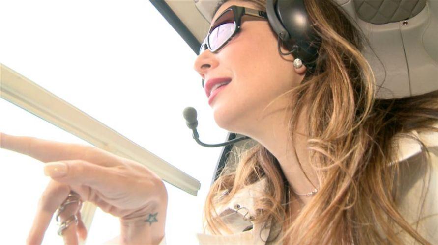 Luciana Gimenez no helicóptero a caminho da casa da entrevistada Ana Hickmann. A cena será exibida em