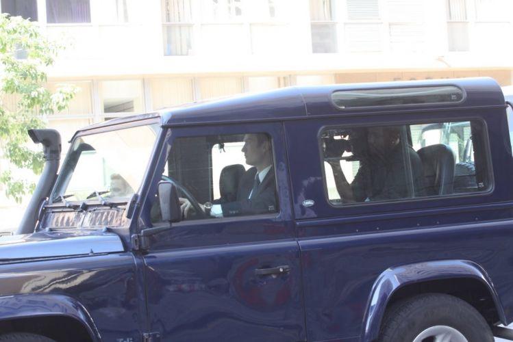 O ator Gabriel Braga Nunes grava cena dentro do carro de seu personagem, Léo, de