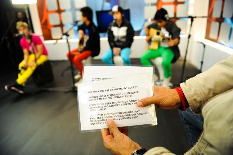 Marco Camargo checa as fichas com informações dos convidados (29/6/11)