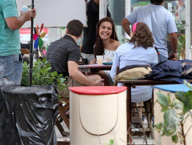 Eduardo (Rodrigo Andrade), Alice (Paloma Bernardi) e Sueli (Louise Cardoso) divertem-se em gravação de cena de