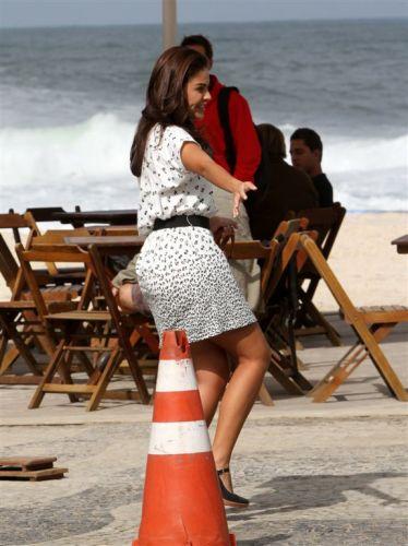 Alice (Paloma Bernardi) em momento descontraído durante gravação de cena de