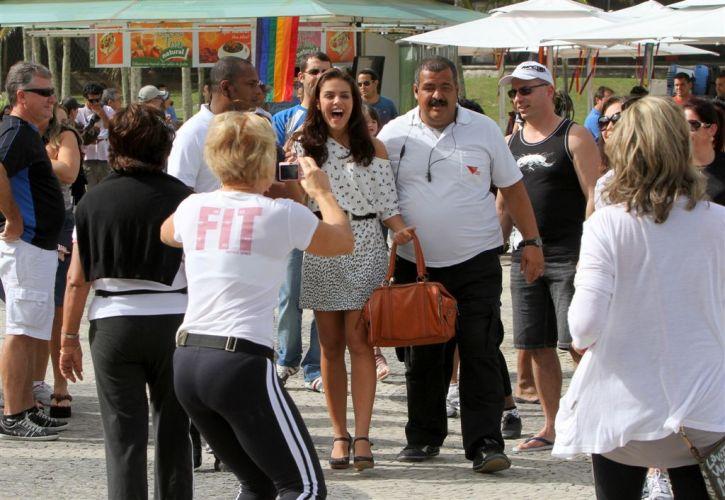 Alice (Paloma Bernardi) é fotografada por fãs em gravação de cena de