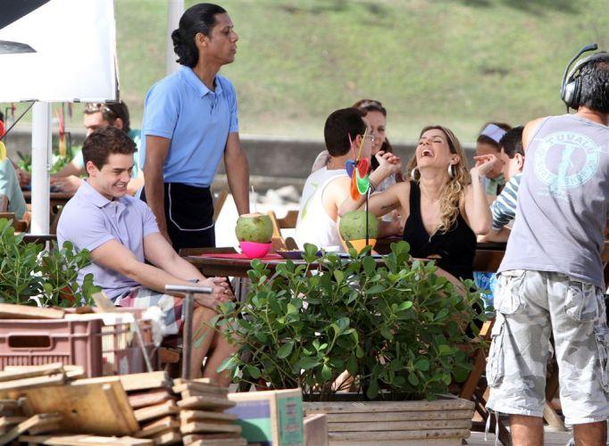 Roni Fragonard (Leonardo Miggiorin) e Deborah Secco divertem-se em gravação de