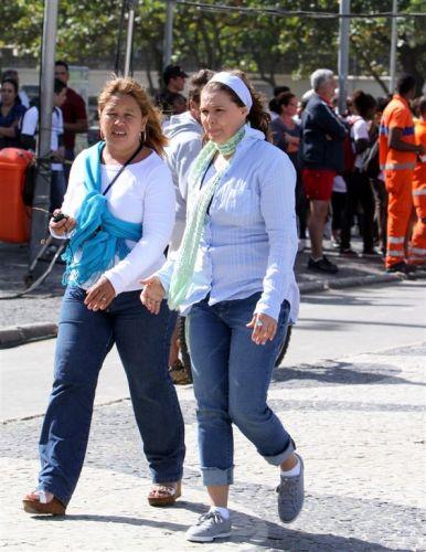 Louise Cardoso (à dir.) conversa com produtora em gravação da novela em Leme, no Rio (30/05/11)