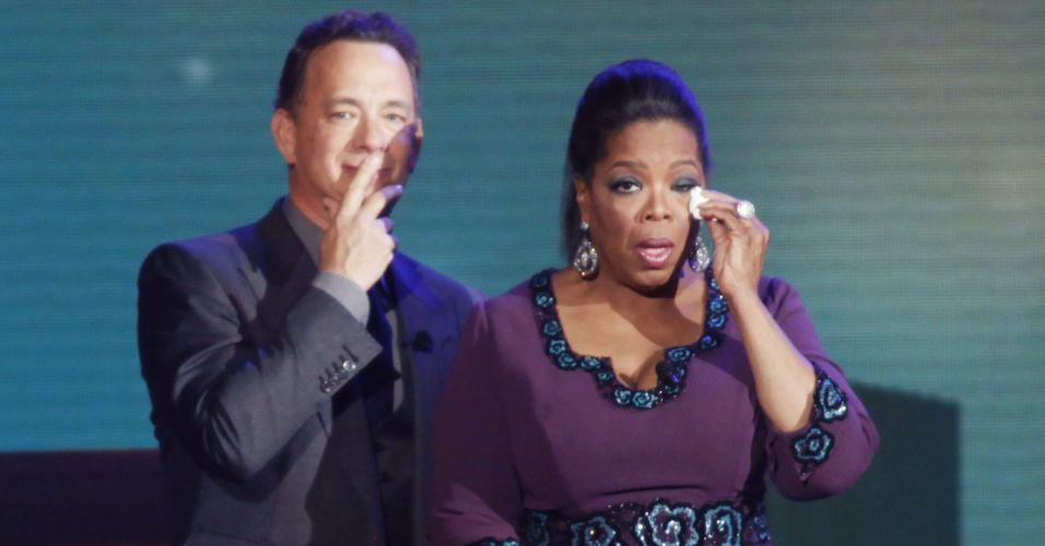 Ao lado do ator Tom Hanks, Oprah Winfrey emociona-se durante a gravação do último