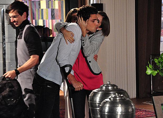Lorena (Tammy di Calafiori) aguarda ansiosa a chegada de Danilo (Cauã Reymond). O rapaz vem da clínica para ficar e é recebido com muitos beijos e entusiasmo pela irmã.