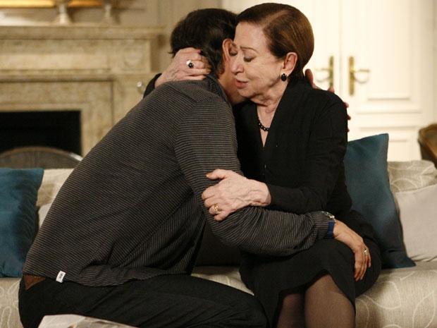Abalada com a morte de Saulo (Werner Schüenemann), Bete (Fernanda Montenegro) diz que vai esclarecer o crime e pede perdão a Gerson (Marcello Antony) por ter desconfiado dele.