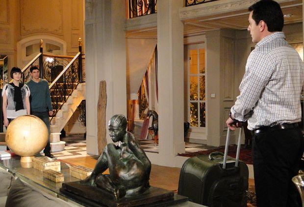 Olga (Debora Duboc) se anima ao receber Mauro (Rodrigo Lombardi), que está de volta à mansão. Quando Fred (Reynaldo Gianecchini) e Melina (Mayana Moura) descem as escadas, a recepção não é a mesma: