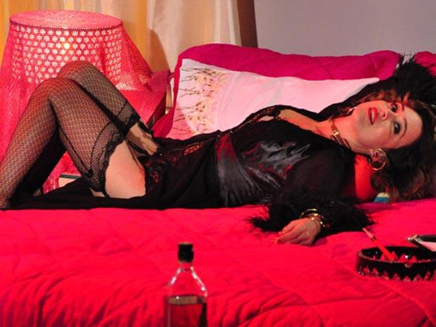 Após aceitar se tornar amante de Berilo (Bruno Gagliasso), Jéssica (Gabriela Duarte) corre atrás de novidades. E quem descobre a nova faceta da filha de Olavo (Francisco Cuoco) é Clô (Irene Ravache). Ao entrar no quarto da enteada, ela encontra Jéssica deitada na cama de forma sensual, bebendo uísque e fumando. Sem acreditar no que está vendo, a madrasta tenta descobrir quem é o homem por quem Jéssica está tão empolgada. Mas ela não revela. A cena vai ao ar nesta quinta-feira (25/11/10)
