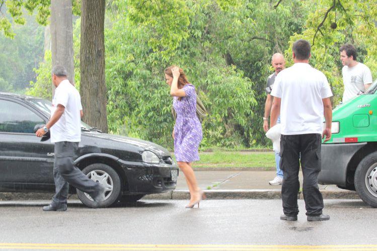 Carolina Dieckmann foge da chuva durante gravação externa de