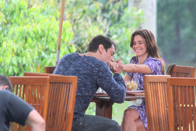 Marcello Antony, que interpreta Gerson, beija a mão de Carolina Dieckmann, a Diana, em gravação de