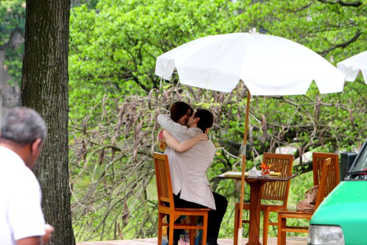 Gerson (Marcello Antony) e Felícia (Larissa Maciel) se beijam em