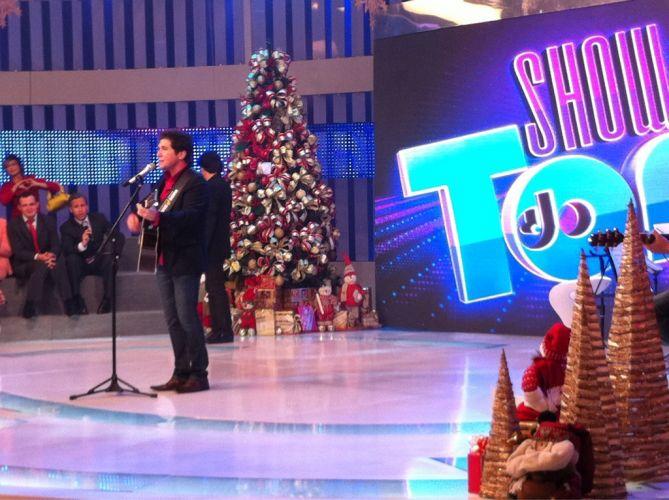 Após anunciar sua saída da Record nesta sexta-feira (18/11), Tom Cavalcante grava especial de Natal ao lado do cantor Daniel e posta foto no Twitter.