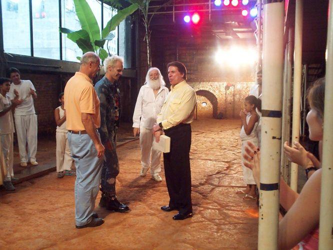 Encontro entre o diretor José Celso Martinez Corrêa (de barba) e o empresário e apresentador Silvio Santos. Eles discutiram o projeto de criação de um centro cultural e da construção de um centro comercial circundando o prédio do