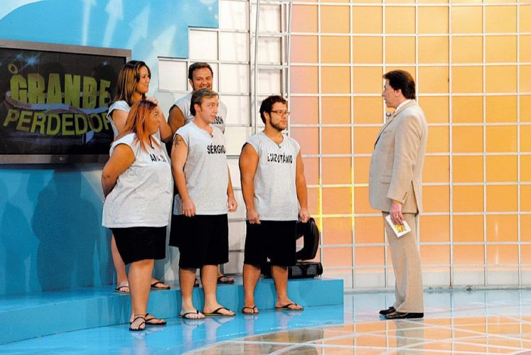 O apresentador Silvio Santos e os participantes do programa 