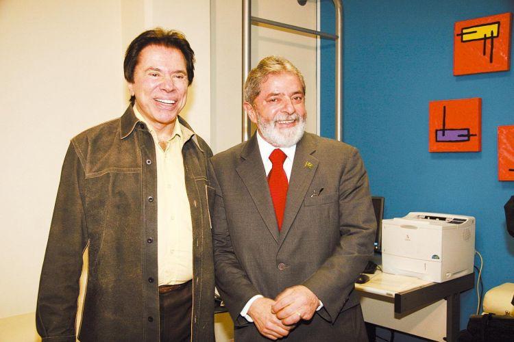 Ao lado do presidente -e então candidato à reeleição- Luiz Inácio Lula da Silva. Os dois posaram para uma foto antes do início do debate promovido pelo SBT, durante a campanha para o segundo turno das eleições presidenciais de 2006