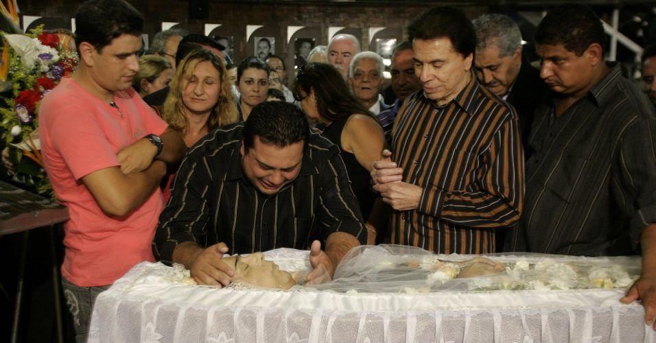 Silvio Santos perdeu um de seus maiores e mais antigos companheiros de programa: seu locutor oficial Lombardi. Na foto, ele aparece ao lado do filho do locutor, Luiz Fernando Lombardi Junior (03/12/2009)