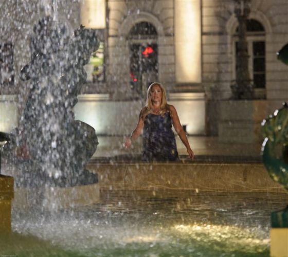 A atriz Susana Vieira toma banho em uma fonte em Lisboa, Portugal, durante gravação da novela