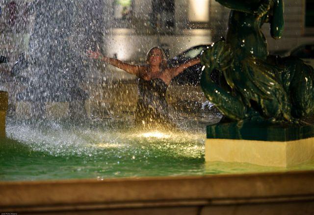 A atriz Susana Vieira brinca com a água em uma fonte em Lisboa, Portugal, durante gravação da novela