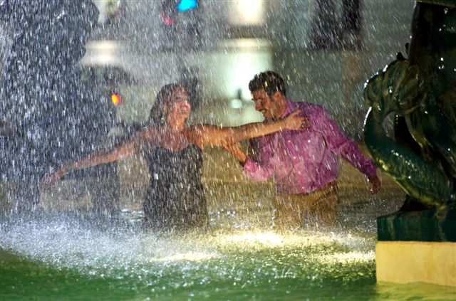 Os atores Susana Vieira e Hugo Sequeira brincam com a água durante gravação da novela portuguesa
