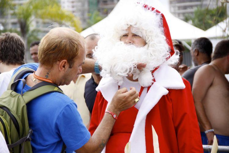 Murilo Benício se veste de Papai Noel durante gravação do desfile de Victor Valentim, seu papel em