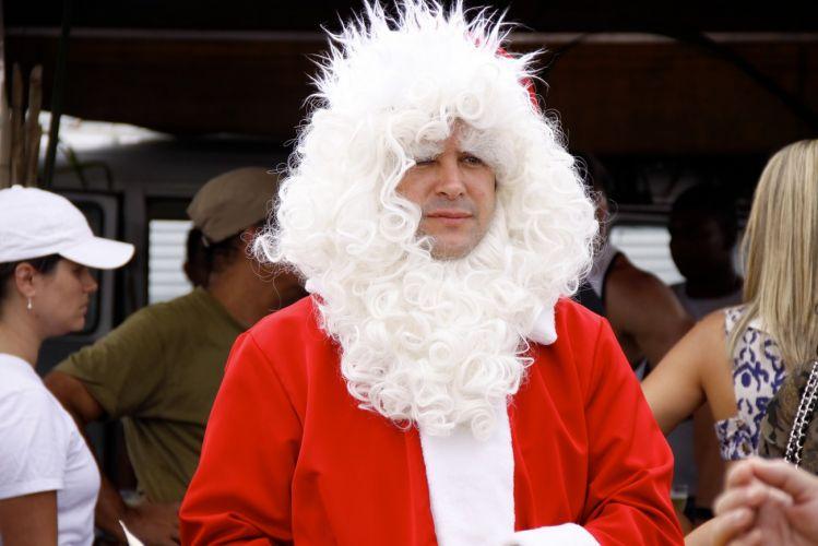 Murilo Benício se veste de Papai Noel para gravar o desfile de Victor Valentim, seu papel em