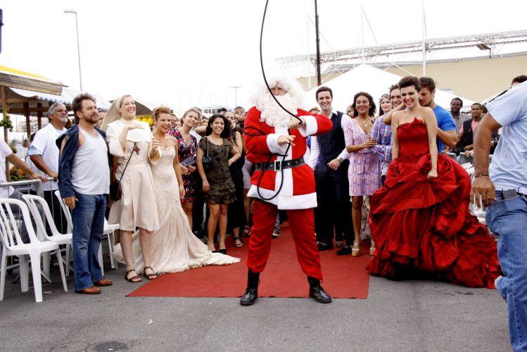 No final do desfile, Victor Valentim (Murilo Benício) aparece vestido de Papai Noel. A cena foi gravada em uma feira que reproduz a do Pacaembu, em São Paulo, montada no estacionamento de uma casa de shows na Barra da Tijuca, zona oeste do Rio (14/12/2010)