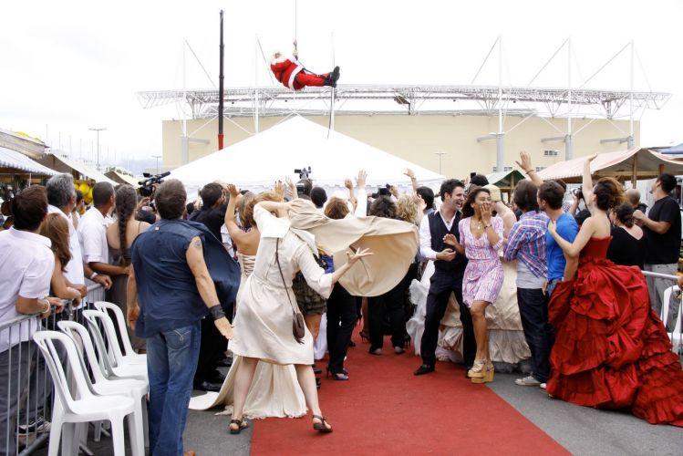 Todos se surpreendem com a chegada de Victor Valentim (Murilo Benício) vestido de Papai Noel ao final de seu desfile. A cena foi gravada em uma feira que reproduz a do Pacaembu, em São Paulo, montada no estacionamento de uma casa de shows na Barra da Tijuca, zona oeste do Rio (14/12/2010)