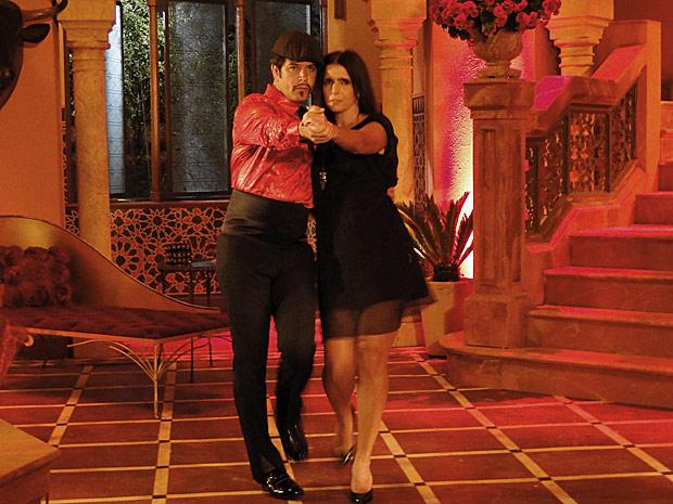 Suzana (Malu Mader) já está impaciente no ateliê quando Ari (Murilo Benício), vestido como Victor Valentim, finalmente aparece para a entrevista marcada. A editora da Moda Brasil fica extasiada com a presença do espanhol, mas o estilista acaba se distanciando. Ao final da entrevista, Suzana não resiste e convida Valentim para dançar um tango. Durante a dança, os dois acabam se beijando e passam a noite juntos. A cena vai ao ar nesta terça-feira (16/11)