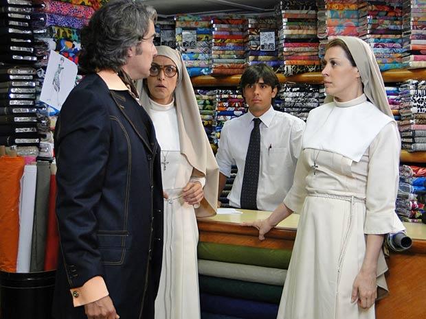 Jaqueline (Claudia Raia) está numa loja de tecidos acompanhada da Irmã Flagelo (Beth Lamas). As duas escolhem a estampa que vão usar em seus nos novos hábitos. Enquanto isso, no outro lado da loja, Jacques (Alexandre Borges) aparece procurando um tecido de seda com motivos florais. O vendedor avisa que o último rolo está nas mãos das freiras no outro balcão. Jacques vai até a freira que está de costas. Quando ela se vira, ele dá de cara com Jaqueline. A cena vai ao ar nesta quinta (16/12/10)